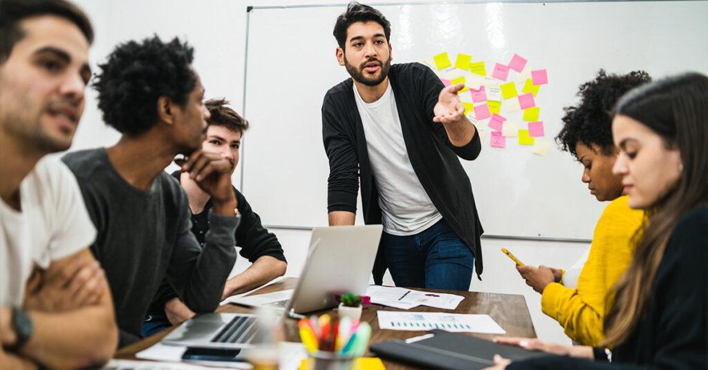Como a resolução de conflitos no trabalho tem relação com o relacionamento entre funcionário e gerentes