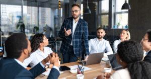 Como o comportamento dos líderes afeta a transformação cultural